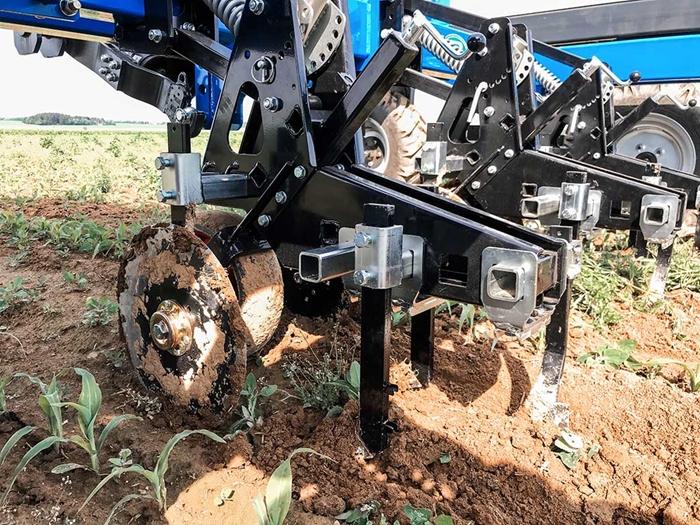 Meziradkovy-kypric-Multi-Cropper-pro-autonomniho-robota-Agrointelli-Robotti-10.jpg