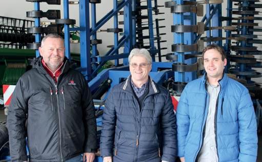 Farmar-Ing-Frantisek-Bures-(vlevo)-s-vedoucim-provozovny-P-L,.jpg