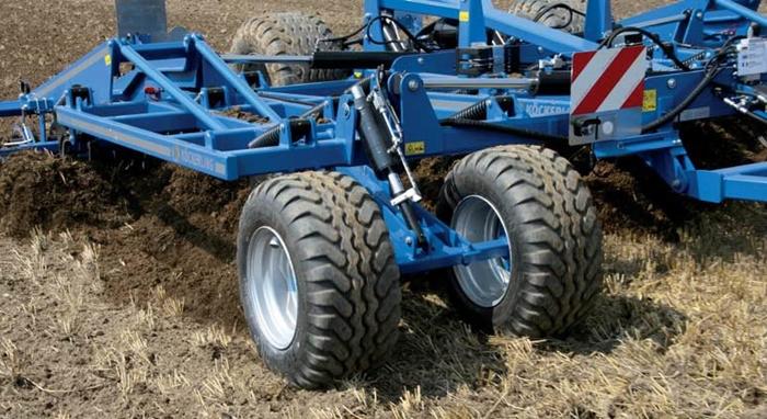 Komfortni-plynule-hydraulicke-ovladani-nastaveni-hloubky-za-jizdy-se-automaticky-prenasi-na-zadni-(1).jpg