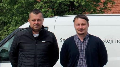 Vedouci-strediska-v-Osiku-Pavel-Brokl-(vlevo)-s-produktovym-manazeremerem-Maximem-Kurasovem.jpg