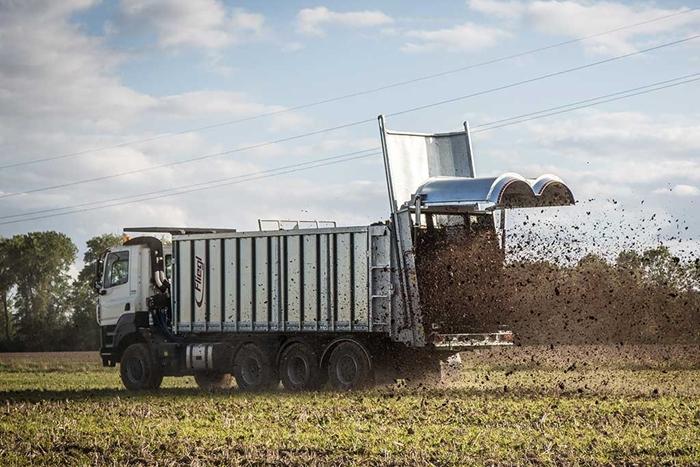 TATRA_PHOENIX_Euro6_8x6_traktor_-_rozmetadlo_Fliegel.jpg