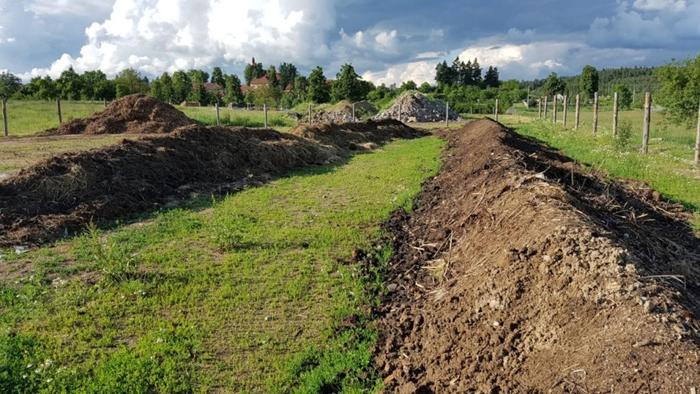 Kioti-Rudikov-prekopavac-kompostu2.jpg