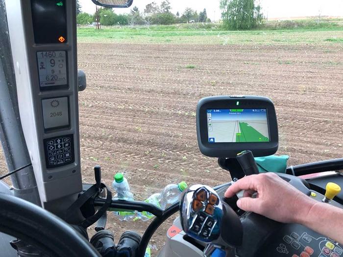 DIsplej-Compass-pro-ovladani-a-sledovani-traktoru.jpg