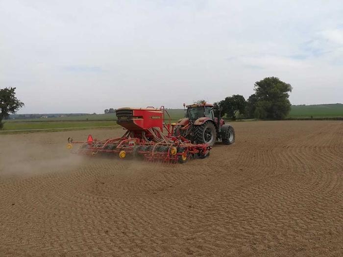 Traktor-s-autopilotem-pri-seti-repky.jpg