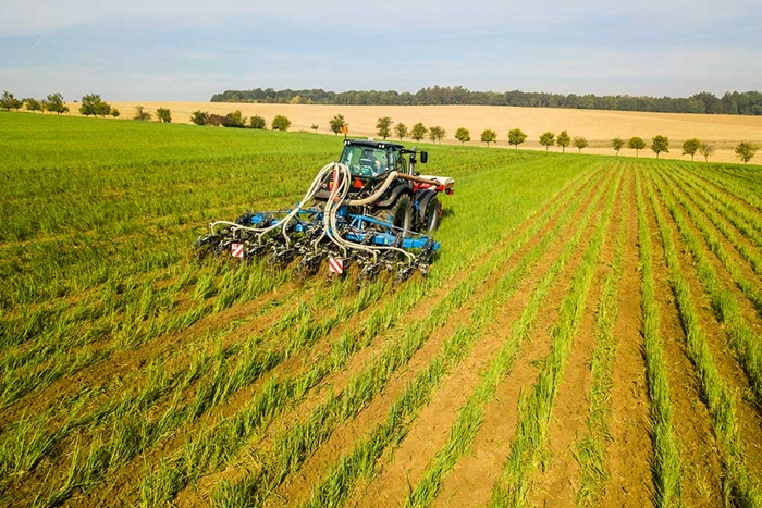 FERTI-TILLER-–-stroj-pro-pasove-zpracovani-pudy-s-ukladanim-mineralniho-hnojiva-do-pudy-01.jpg