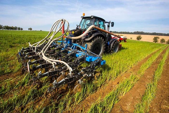 FERTI-TILLER-–-stroj-pro-pasove-zpracovani-pudy-s-ukladanim-mineralniho-hnojiva-do-pudy-06.jpg