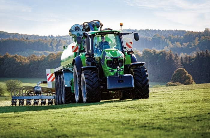 deutz-fahr-rada-8-traktor-garnea-aplikace-hnojiva.jpg
